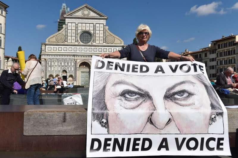 英國首相梅伊22日在義大利佛羅倫斯就「英國脫歐」發表演說,旅居義大利的英國公民示威抗議(AP)
