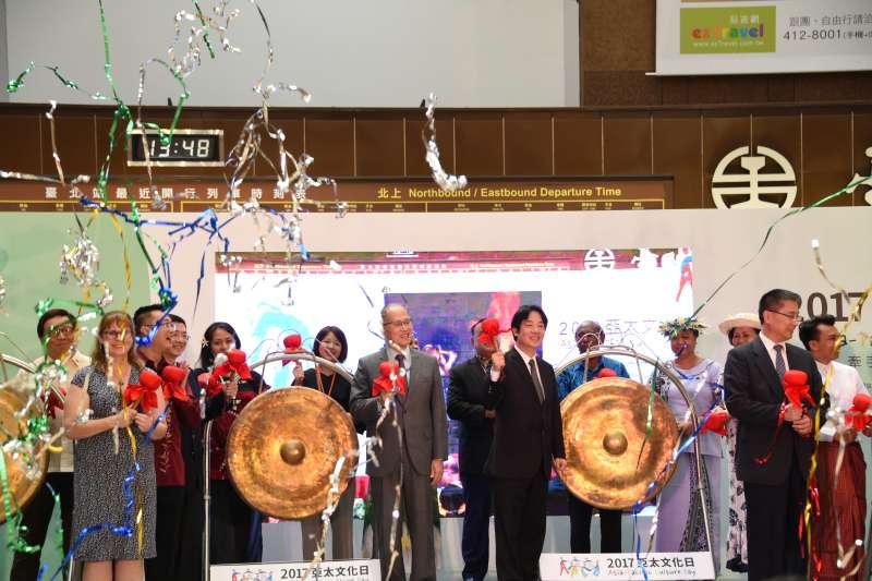 亞太地區19個國家今(23)日齊聚一堂,在台北火車站一樓大廳舉行開幕儀式。行政院長賴清德率領外交部長李大維,以及多國駐台大使親臨現場。(行政院提供)