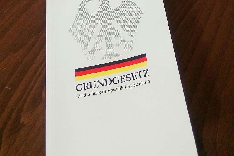 圖為德國基本法(德國憲法),出版單位是「聯邦政治教育中心」(Bundeszentrale für politische Bildung),而政治教育即是公民教育,其內容當是積極有助於民主、多元、自由、平等之各項憲法價值之實現。(作者提供)
