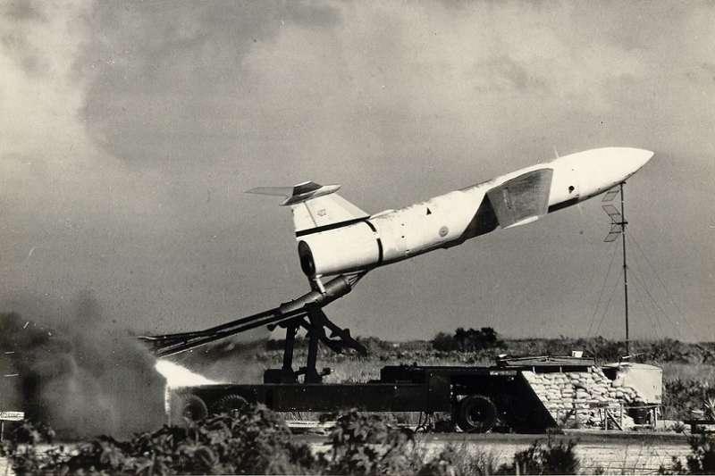 作者指出,1970年代的台灣也曾積極投入核武研發,無奈美國多次施加政治壓力之下,中科院核研所遭廢,儘管地對地飛彈的研發持續進行,卻缺少了戰略嚇阻,在兩岸可能出現的台海衝突當中,所能扮演的戰略角色有限。圖為美國於1960年代至1970年代中在臺灣部署的地對地巡航導彈。(維基百科)