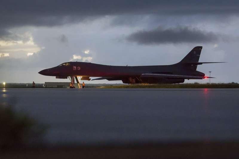 美軍B-1B「槍騎兵」(B-1B Lancer)轟炸機23日從關島(Guam)安德森空軍基地(Andersen Air Force Base)起飛,飛越北韓東部海域(AP)