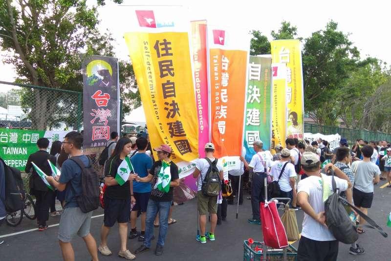 2017-09-24-台灣大學舉辦「中國新聲音」歌唱選拔會,台獨大旗對於入口遭工作人員攔下。(取自「中國新聲音 學生全被陰」活動頁)