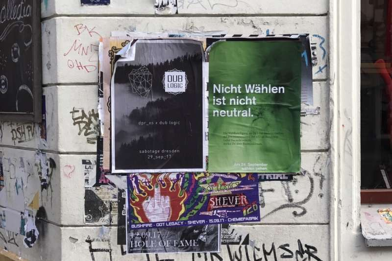 在德勒斯登街頭隨處可見這張綠色海報,上頭寫著:「不投票,不代表你中立」,要求選民24日出門投票去。(林璟昕攝)