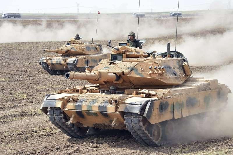 土耳其國會23日通過法案,威脅要對鄰國伊拉克尋求獨立的庫德族動武土耳其國會23日通過法案,威脅要對鄰國伊拉克尋求獨立的庫德族動武,這是土伊邊界地區的土耳其戰車部隊(AP)(AP)
