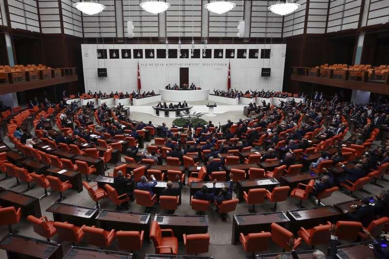 土耳其國會23日通過法案,威脅要對鄰國伊拉克尋求獨立的庫德族動武(AP)