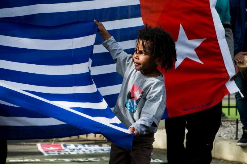 西巴布亞小孩拿著晨星旗(翻攝網路)