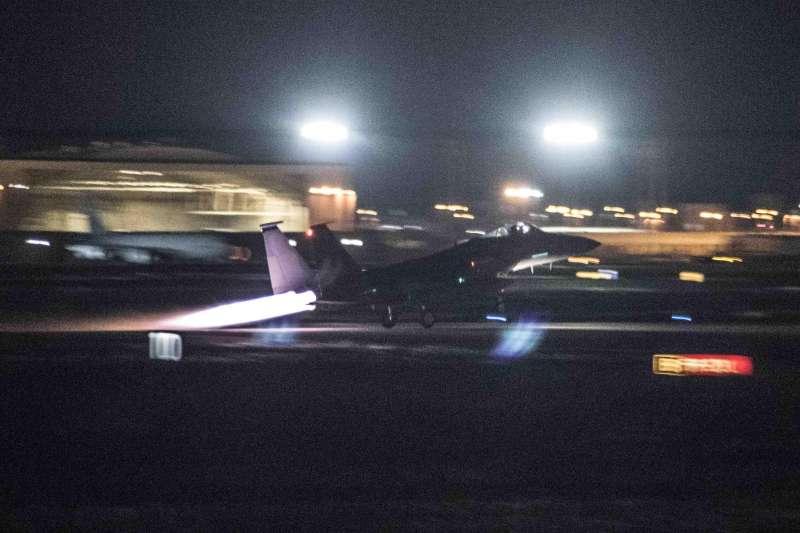 美軍F-15C「鷹式」(F-15C Eagle)戰鬥機23日從日本沖繩嘉手納空軍基地(Kadena Air Base)起飛,飛越北韓東部海域(AP)