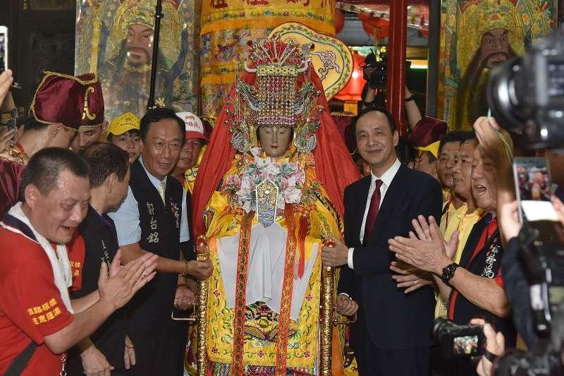 睽違20年,湄洲媽祖再度來台巡安,23日從台北港登岸,由新北市朱立倫市長(右1)與鴻海董事長郭台銘(左1)共同接駕安座。(資料照,新北市政府提供)