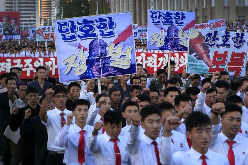 2017年9月23日,北韓首都平壤民眾走上街頭,抗議美國總統川普發出的戰爭威脅(AP)