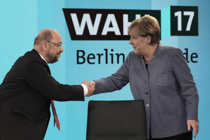 2017德國大選:社會民主黨(SPD)可能不再參與組閣,圖為SPD黨魁舒爾茨與德國總理梅克爾(AP)