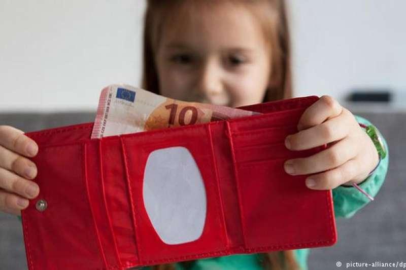 作者認為,亂花錢對孩子來說不是失敗,而是學習理財的最佳機會。(德國之聲)