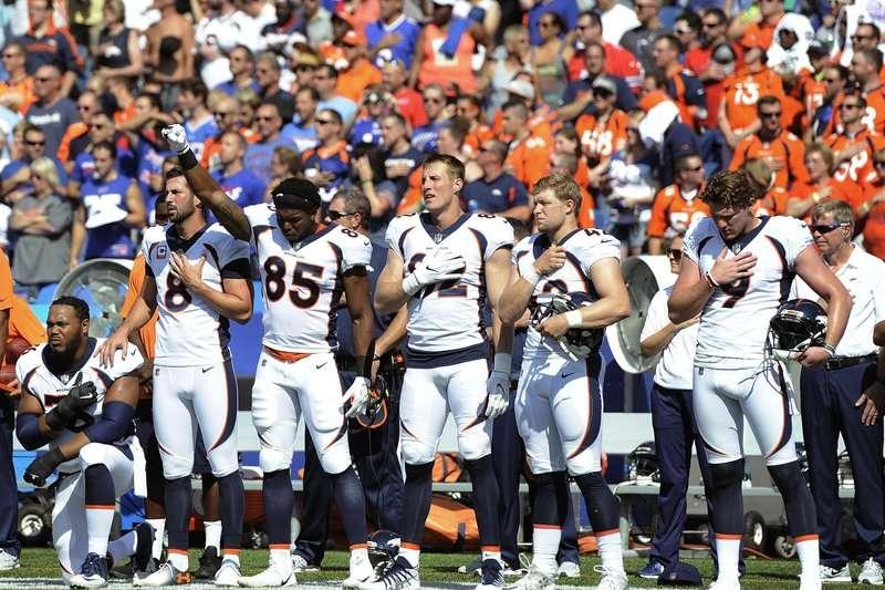 NFL丹佛野馬隊24日在賽前國歌演奏時,有球員站立、有球員單膝下跪,也有球員比手勢和平抗議。(AP)