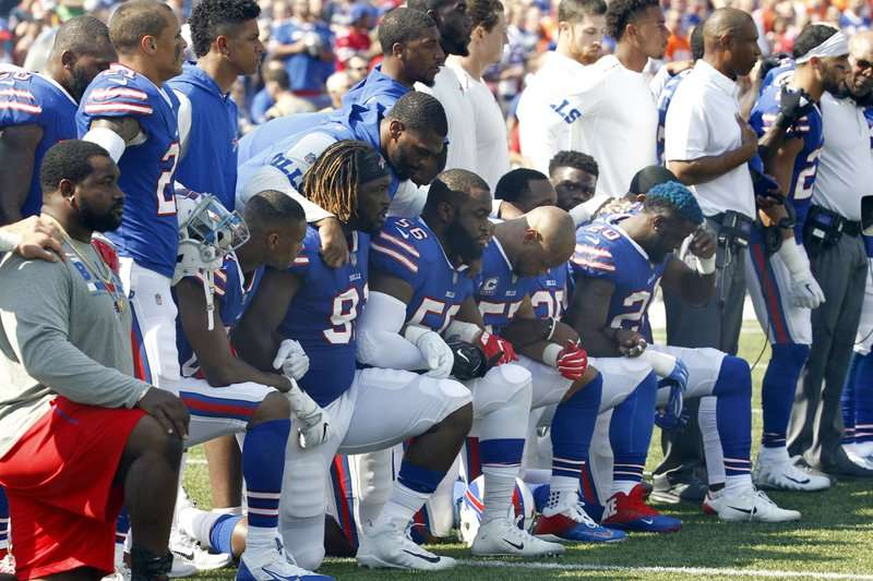 NFL水牛城比爾24日出戰丹佛野馬,多名球員在國歌演奏時單膝跪地,抗議川普對運動員不友善的言論。(AP)