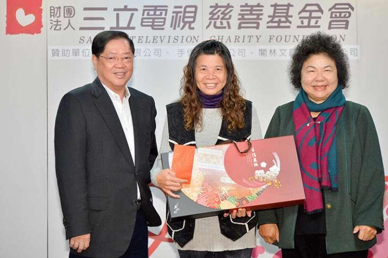 2017-09-25-三立董座林崑海(左)、高雄市長陳菊(右)。(三立電視慈善基金會提供)