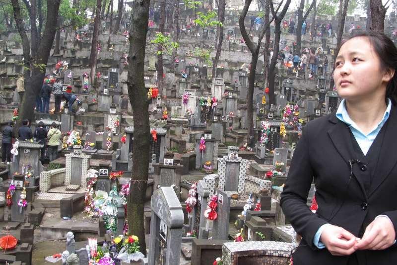 《咫尺天堂》(Almost Heaven ,2017)除了呈現殯葬業的日常,更拍出主角應玲為求生存,而在工作選擇上沒有太多餘地的無奈。