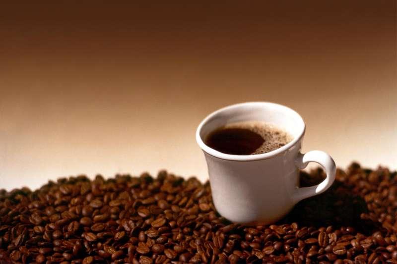 咖啡為不少人提神的生活樂趣,但過度依賴咖啡,可能造成負面影響。(圖/Rafael Saldaña@flickr)