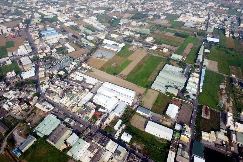 從1972年省府時代推動「客廳即工廠」開始,台灣「農地工廠」現象由來已久,接著而來的房地產價格飆漲,無力進駐工業區的廠商,選擇在成本較低的農地上生產,久而久之成為尾大不掉的沉痾。圖為彰化農地工廠。示意圖。(資料照,彰化縣環保聯盟提供)