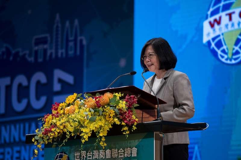 蔡英文出席「世界台灣商會聯合總會第23屆年會」,並表示政府匡列逾新台幣1000億元專案融資基金,協助台灣企業爭取全球商機。(總統府提供)