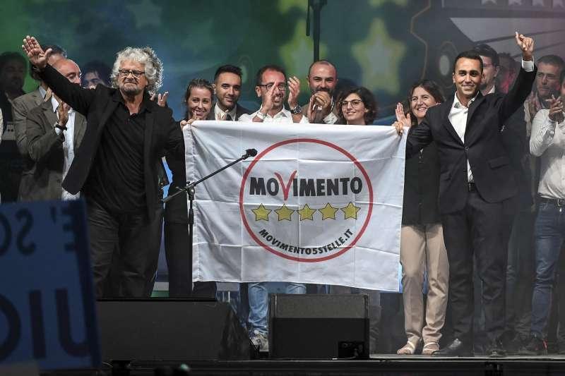 9月23日,31歲的迪馬奧(右)當選為五星運動黨的黨魁,他與創黨元老格里羅(左)一起出席集會(AP)