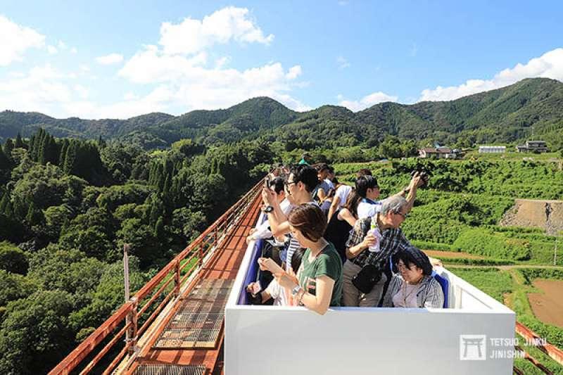 高千穗天照鐵道會將觀光小火車,開行至日本最高的高千穗橋,讓遊客們體驗一百多公尺高的峽谷景色。(圖/作者提供)