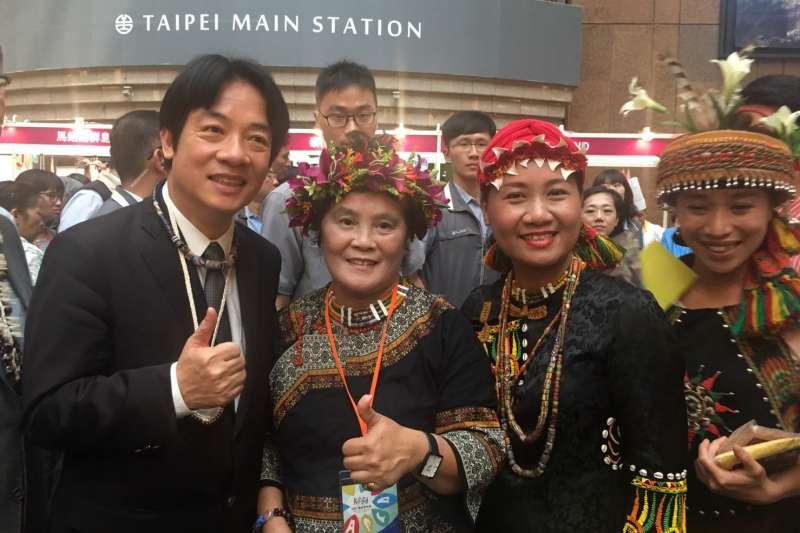 亞太文化日行政院長賴清德23日於高雄攤位比讚。(圖/高雄市原民會提供)