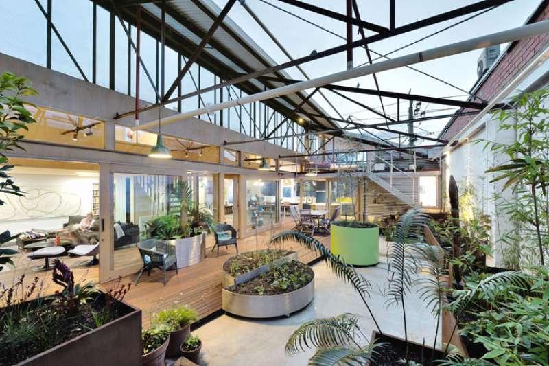 將50年的老舊倉庫改造,成為輕工業風木質感的住宅。(圖/設計王 DesignWant提供)