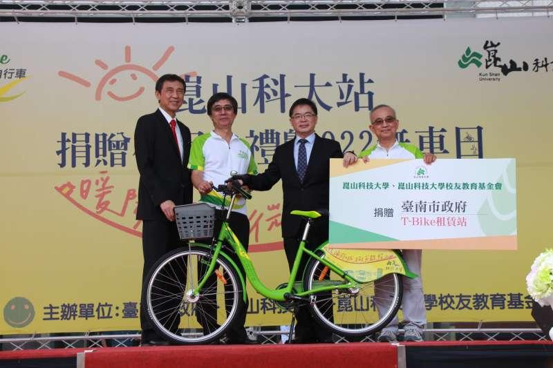 台南市代理市長李孟諺代表接受崑山科大捐贈T-Bike租賃站。(圖/ 台南市交通局提供)
