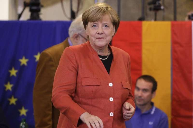 德國「聯邦議院」選舉24日投票,總理梅克爾(Angela Merkel)投下自己的一票(AP)