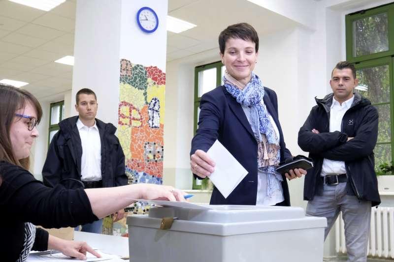 德國另類選擇黨(AfD)領導人佩特里(Frauke Petry)在24日的國會選舉中投票(AP)