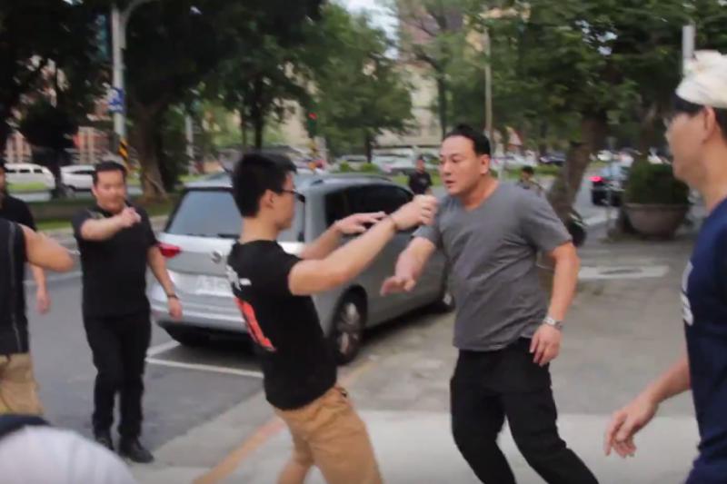 中華統一促進黨總裁張安樂之子張瑋(灰衣男子),因不滿學生錄影蒐證,下車毆打錄影學生。(翻攝自youtube)