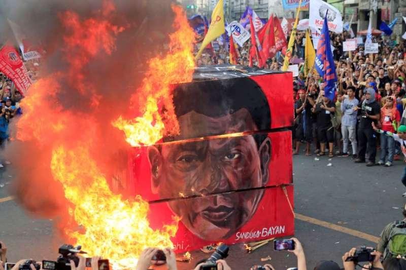抗議者焚燒菲律賓總統杜特蒂的海報頭像(美國之音)