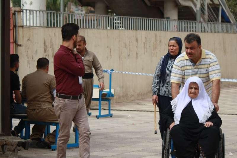 庫德族自治區首府埃爾比勒選民踴躍投票,很多老人和病人都在家人的陪同下前往投票站。(美國之音)