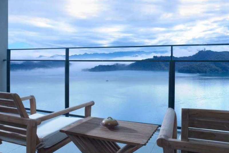 入住南投特色飯店,即刻一覽雲霧繚繞的日月潭美景。(圖/Hotelscombined提供)