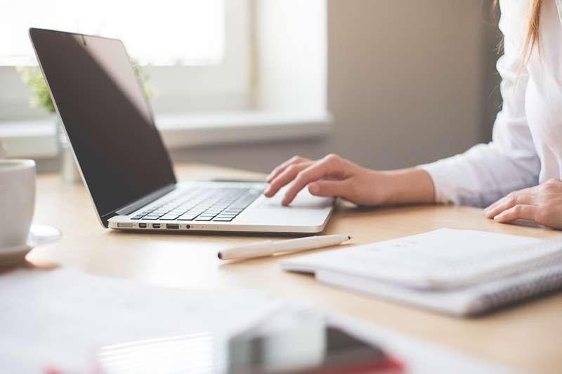 工時彈性、能夠自由掌控工作狀況的自由工作者,是許多人嚮往的工作形式;但你真的理解自由工作者的工作樣貌嗎?(圖/Pixabay)