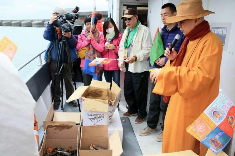 海濤法師信徒在英國海邊放生外來種龍蝦。(取自中華護生協會)