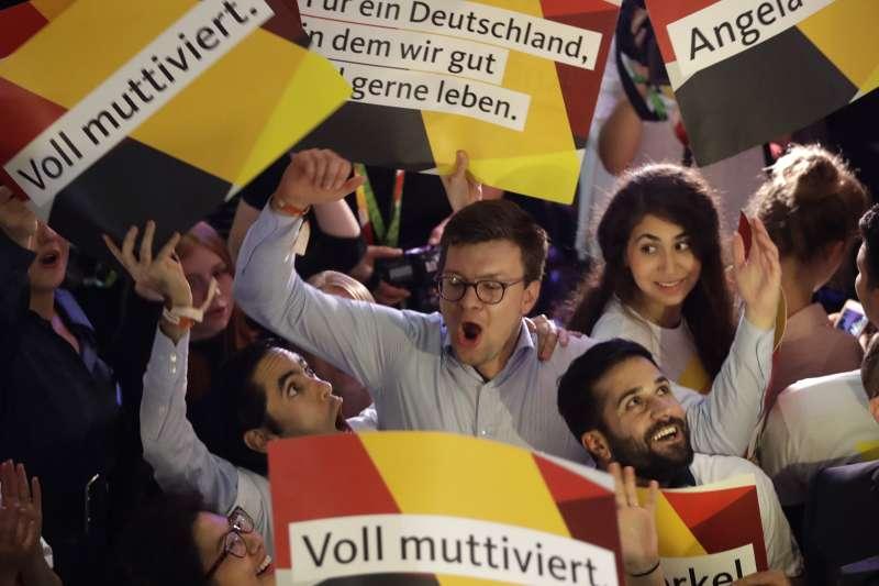 2017年9月24日德國大選投票,大批基民盟(CDU)支持者在柏林總部等候梅克爾總理現身(AP)