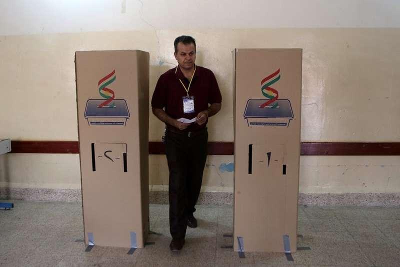 伊拉克庫德族獨立公投,圖為選務人員。(美聯社)