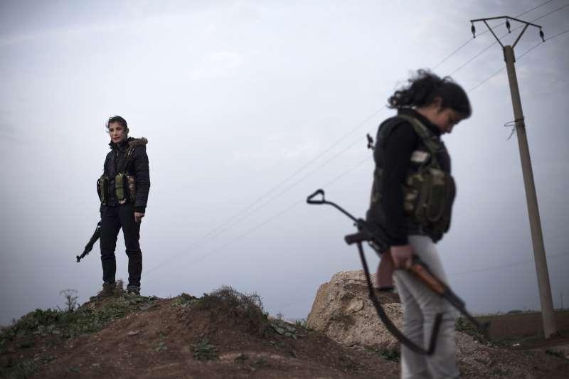 對抗「伊斯蘭國」的庫德族女兵。(美聯社)