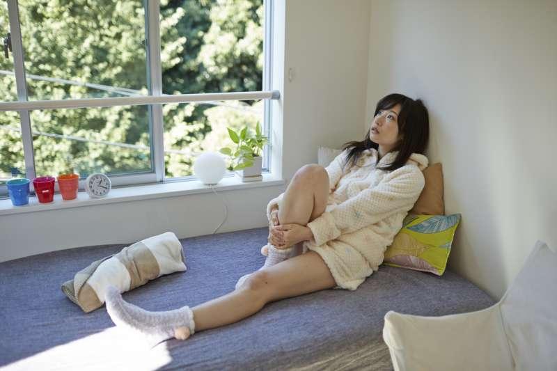 下肢如果有水腫的症狀,不一定就是腎臟病引起的,要找出並處理引起水腫的原因。(圖/【私たち、無料です。】フリー素材アイドル MIKA RIKA)