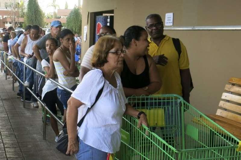颶風重創波多黎各,民眾排隊搶購物資。 (美聯社)
