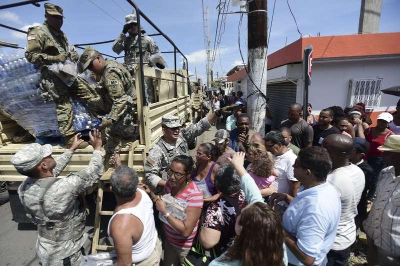 颶風重創波多黎各,民眾排隊等著向國民警衛隊領水。 (美聯社)