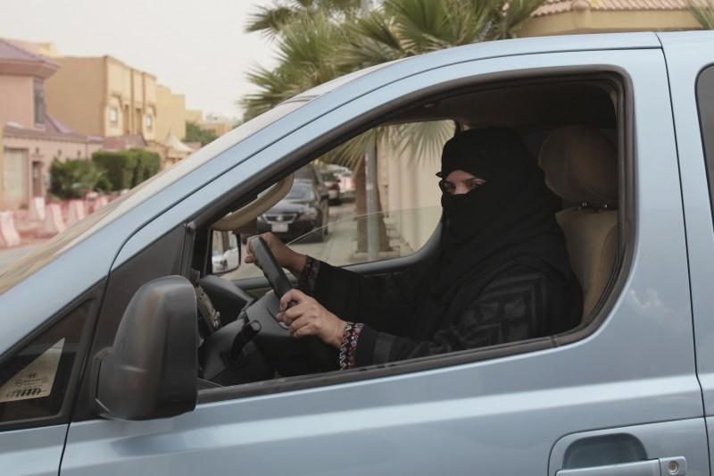 沙烏地阿拉伯王室26日宣佈,從2018年6月24日起,女性考照開車。(美聯社)