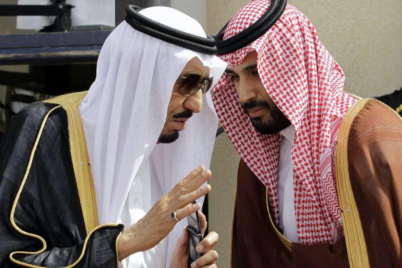 沙烏地阿拉伯國王薩爾曼(左)與王儲穆罕默德.本.薩勒曼(右)。(美聯社)