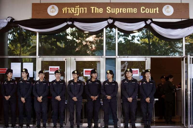泰國最高法院27日宣判泰國前總理穎拉「稻米補貼瀆職案」,泰國警方在現場戒備(AP)