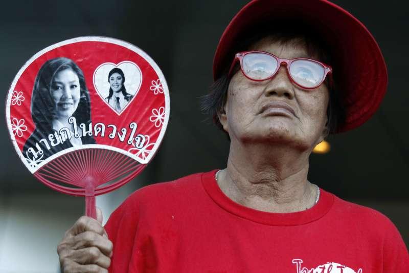 泰國最高法院27日宣判泰國前總理穎拉「稻米補貼瀆職案」,穎拉的支持者在法院外聲援(AP)