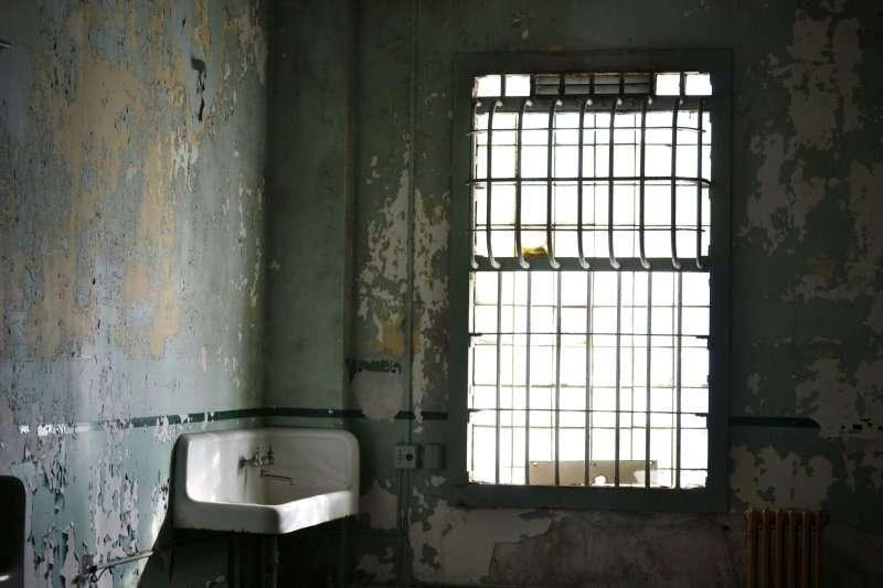 排泄失禁、又想維持尊嚴,失智老人的處境,外人很難體會...(示意圖/Alexander C. Kafka@Flickr)