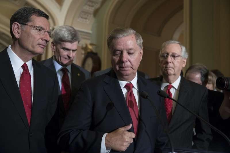 廢除歐巴馬健保:美國南卡羅來納州聯邦參議員葛拉漢(中)提出的替代法案,未能取得黨內足夠支持票數(AP)
