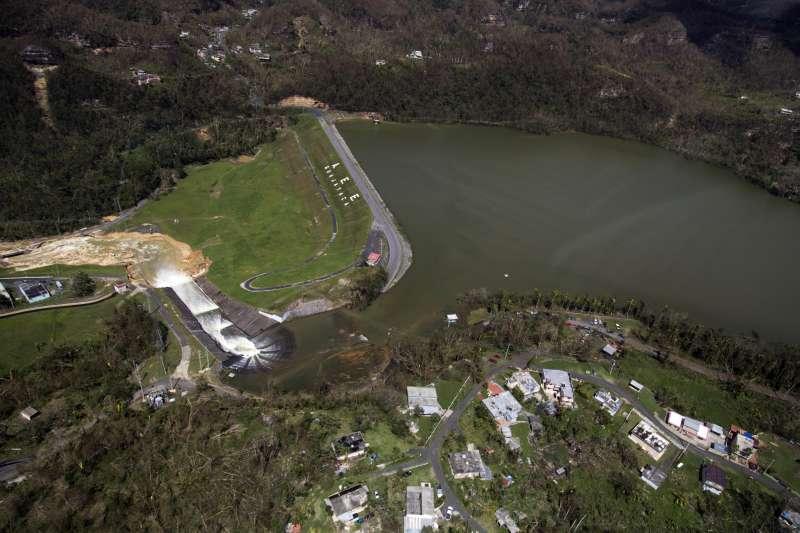 波多黎各的瓜亞塔卡水壩隨時可能潰堤,當局緊急疏散住在下游的7萬居民(AP)
