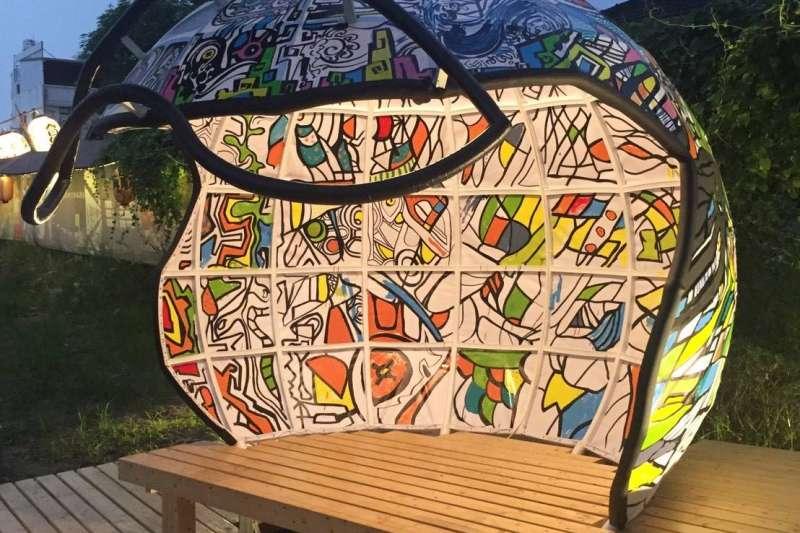 屏東地景藝術節登場的裝置藝術「盔探世界」。(圖/屏東縣政府觀光傳播處提供)
