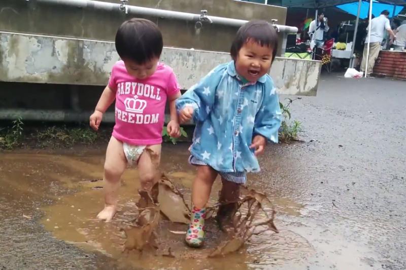 戶外玩沙玩水坑對幼兒身心發展有絕對關鍵的影響。(示意圖非本人/翻攝自youtube)